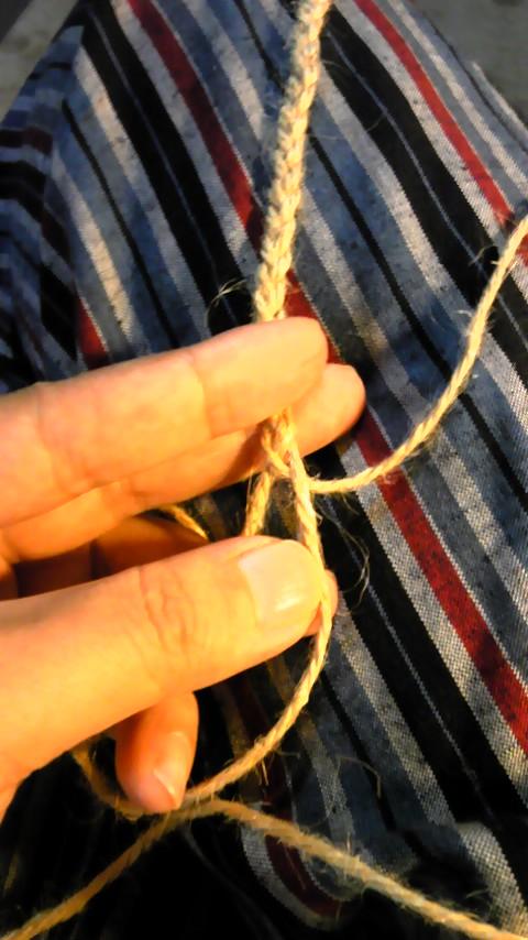 麻ひもを編む
